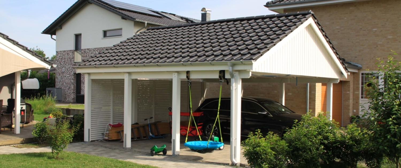 Bild sd25 Premium Satteldach Carport mit rückseitigen Rombo Elementen und traufseitiger Stahl-Halbrund-Rinne.