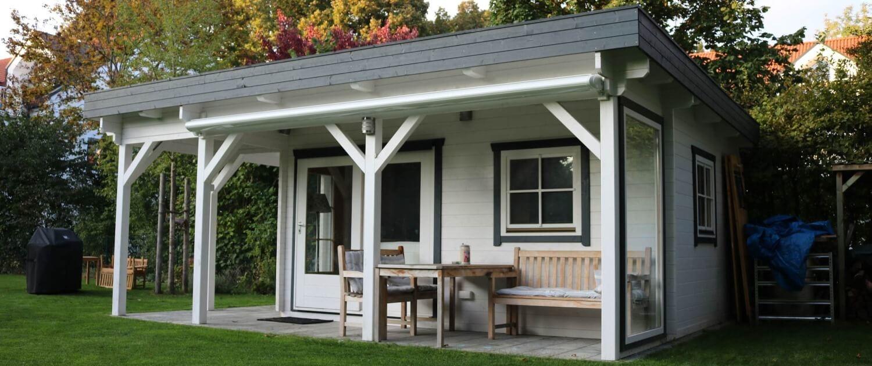 Bh2 Flachdach-Gartenhaus mit Umlaufendem Dachvorsprung und großflächig verglaster Doppeltür.