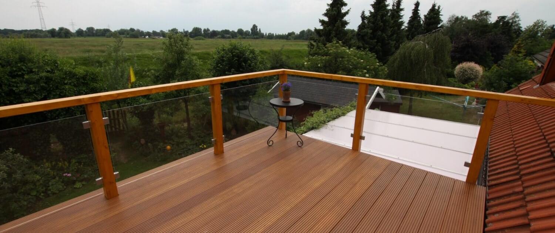 Ht15 Bangkirai-Hartholz Balkon mit Brüstungshohen Glaselementen mit Klemmbacken Befestigung