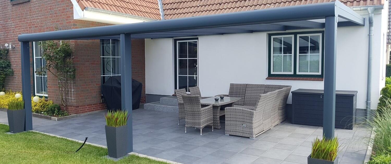 AluTÜ Tda 1 Anthrazitfarbendes Luxline Alu-Terrassendach an der Hauswand befestigt.